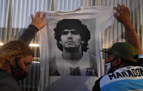 Los fans de Maradona lloran su muerte