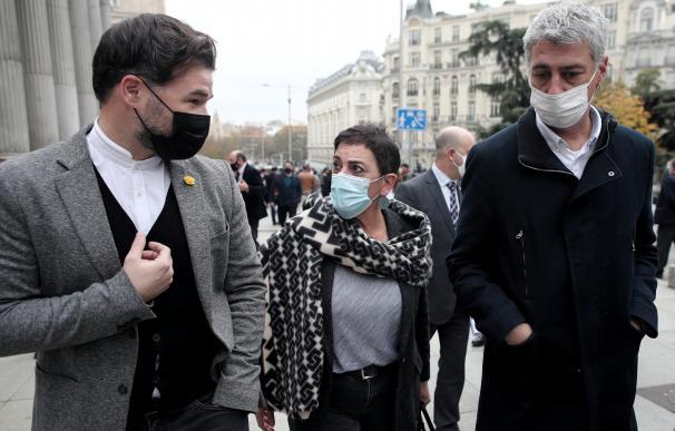 (I-D) El portavoz de ERC en el Congreso, Gabriel Rufián; la portavoz de EH-Bildu en el Congreso, Mertxe Aizpurua; y el diputado de EH Bildu, Oskar Matute; conversan durante el acto en el que han realizado un minuto de silencio convocado en el Congreso de los Diputados con motivo del 25-N, Día Internacional de la Eliminación de la Violencia contra la Mujer, al que han acudido todos los partidos políticos a excepción de Vox, en Madrid, (España), a 25 de noviembre de 2020. Se unen así a los numerosos actos que varias instituciones realizan cada 25 de noviembre para celebrar el Día Internacional contra la Violencia de Género para denunciar y erradicar la violencia que sufren las mujeres en todo el mundo. 25 NOVIEMBRE 2020;VOX;VIOLENCIA DE GENERO Eduardo Parra / Europa Press 25/11/2020
