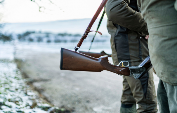 Un cazador de 17 años murió atravesado por su propio rifle.