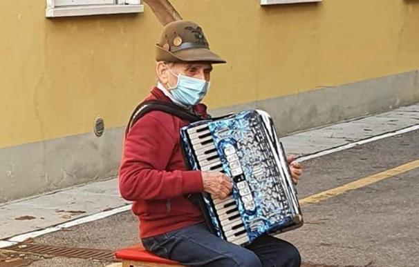 Un anciano le dedica un concierto en la calle a su mujer al no poder ir a visitarla.