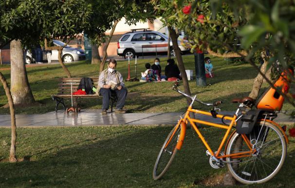 Un hombre con mascarilla en un parque de Lima.