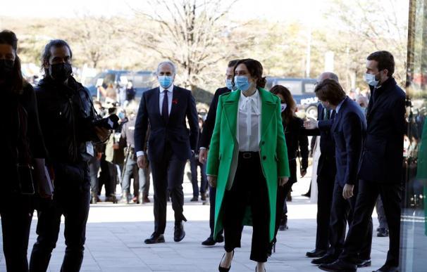 La presidenta de la Comunidad de Madrid, Isabel Díaz Ayuso (c) a su llegada al acto de inauguración del hospital de Emergencias Enfermera Isabel Zendal