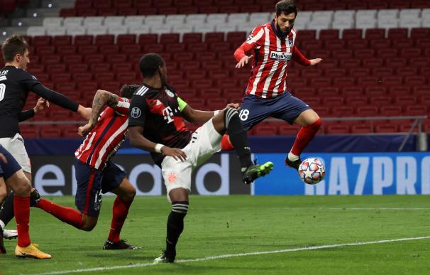 El defensa del Atlético de Madrid Felipe Monteiro (d) remata un balón