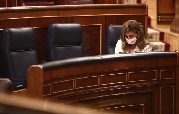 La ministra de Trabajo y Economía Social, Yolanda Díaz, durante una sesión plenaria en el Congreso de los Diputados, en Madrid (España), a 1 de diciembre de 2020. El Pleno afronta desde ayer la fase final del debate del proyecto de Presupuestos Generales del Estado de 2021 y también vota las enmiendas y las secciones. El Gobierno llega a esta cita con un respaldo que supera la mayoría absoluta de la Cámara. Hoy se realiza el dictamen de Comisión sobre el proyecto de los PGE. 01 DICIEMBRE 2020;PGE 2021;PRESUPUESTOS GENERALES ESTADO 2021;FASE FINAL E. Parra. POOL / Europa Press 1/12/2020