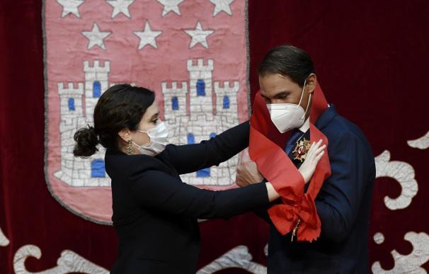 Isabel Díaz Ayuso, entrega al tenista Rafael Nadal la Gran Cruz de la Orden del Dos de Mayo