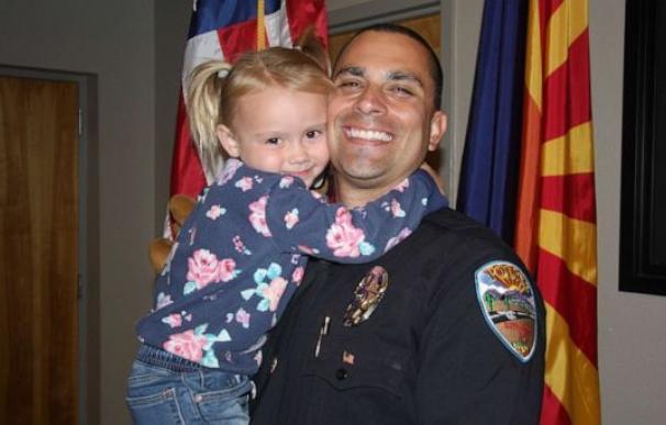Brian zach policia adopta niña 4 años