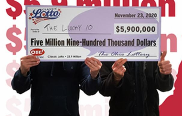 Dos representantes del grupo, que se hacen llamar Nick y Gery, aceptando el cheque
