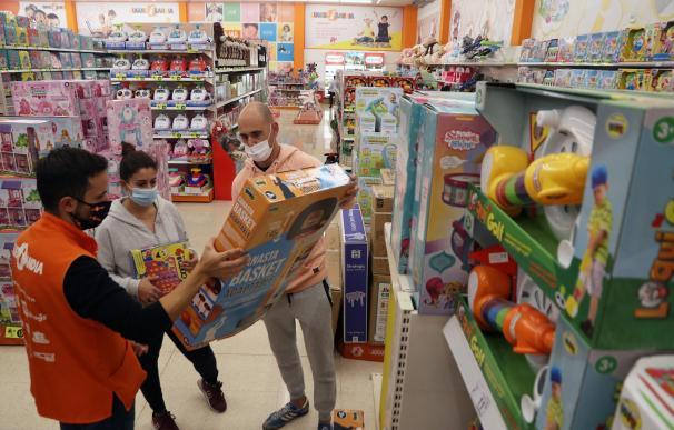 trabajador compras jugueterías Navidad