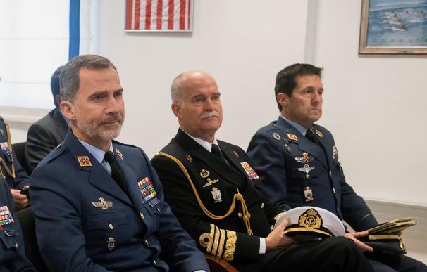 Felipe VI (i) junto al almirante de la Armada Juan Ruiz Casas (c), que dejará de ser el jefe del Cuarto Militar de la Casa del Rey al pasar a la reserva por cumplir el tope de permanencia que marca la ley para mandos de alta graduación.