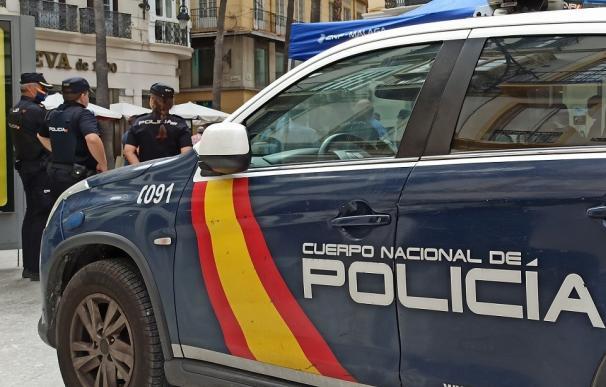 Agentes y vehículo de la Policía Nacional de Málaga