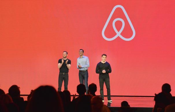 De izquierda a derecha, los cofundadores de Airbnb: Joe Gebbia (CPO), Nathan Blecharczyk (CTO) y Brian Chesky (CEO).