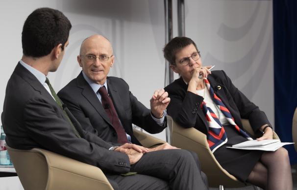 Andrea Enria, presidente del supervisor de supervisión bancaria del BCE, y Elke König, responsable de resolución bancaria (JUR),