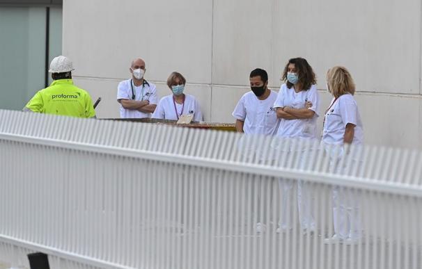 Un grupo de sanitarios a las puertas del recién inaugurado hospital de pandemias Isabel Zendal