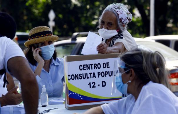 Una mujer participa en la votación paralela que la oposición venezolana ha organizado.