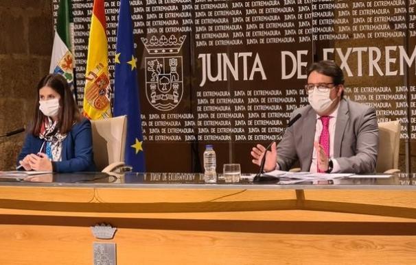 El consejero de Sanidad y la portavoz de la Junta en rueda de prensa en Mérida