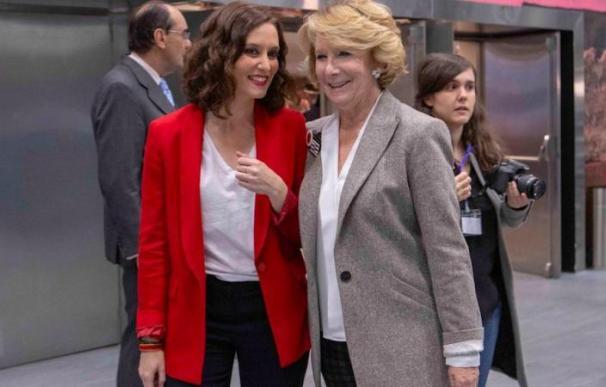 La presidenta de la Comunidad de Madrid, Isabel Díaz Ayuso, junto a Esperanza Aguirre