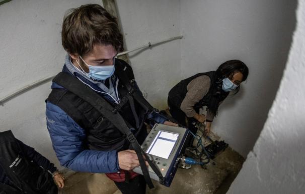 Especialistas trabajan con un georradar en búsqueda del nicho de Calderón de la Barca en los sótanos de la Parroquia de Nuestra Señora de los Dolores en Madrid.