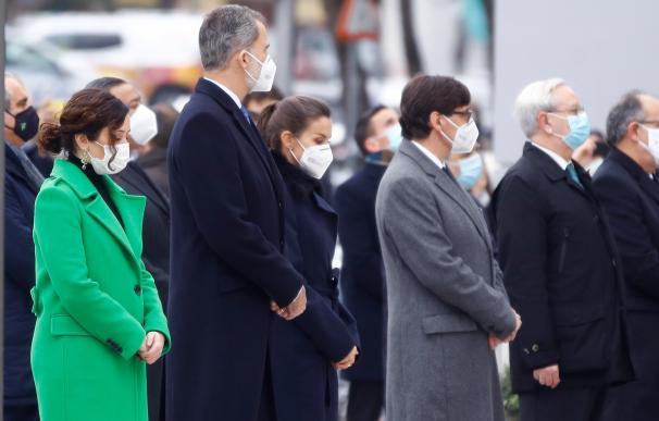 Reyes inauguran monumento por los sanitarios fallecidos