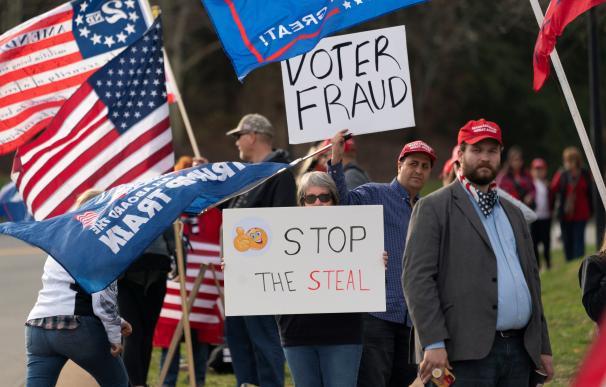 Varios seguidores de Trump protestan por el resultado de las elecciones presidenciales.