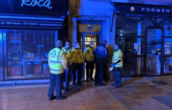 Un hombre de 45 años muere en la calle Santa Engracia por heridas de arma blanca.
