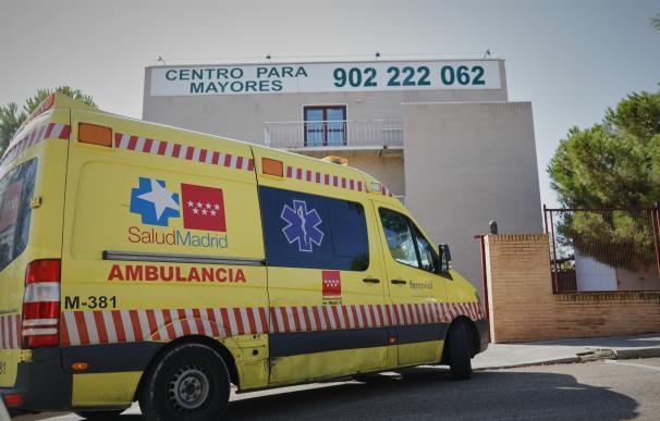 Una ambulancia de SaludMadrid a su llegada a de la residencia Casablanca de Valdemoro (Madrid) en agosto