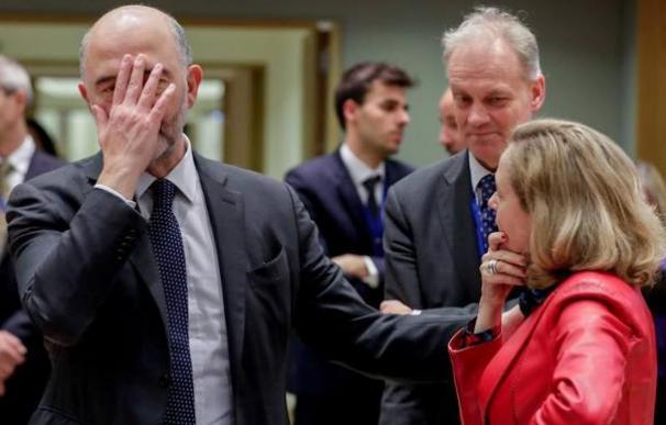 La vicepresidenta Calviño con el comisario europeo Pierre Moscovici, en Bruselas