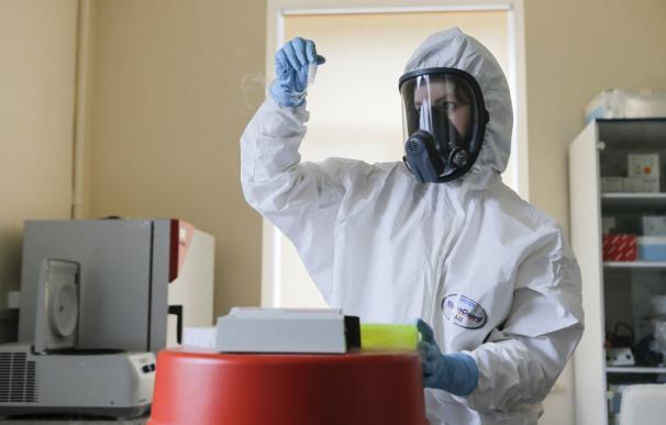 Una investigadora trabajando en el laboratorio de la vacuna rusa contra el coronavirus Sputnik V FIDR (Foto de ARCHIVO) 16/9/2020
