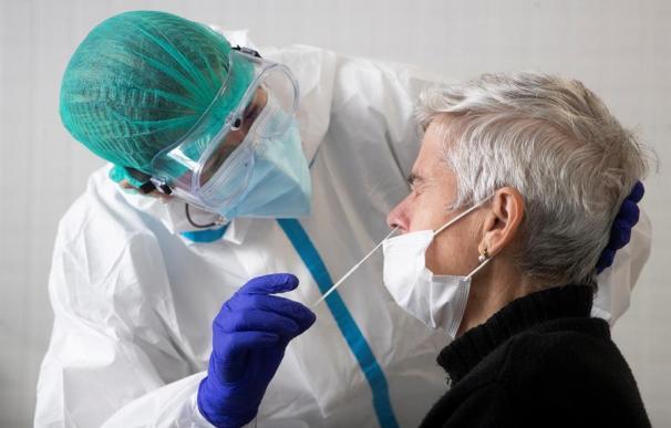 Una sanitaria realiza una prueba de antígenos en Badalona (Cataluña)