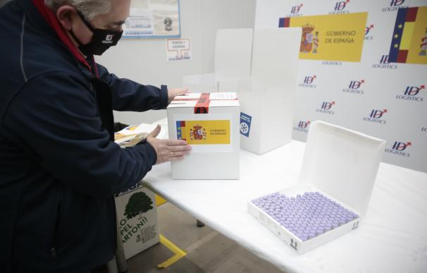 Las primeras dosis de la vacuna frente al COVID-19 desarrollada por la compañía Pfizer han llegado este sábado al centro logístico de Pfizer en Guadalajara.
