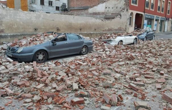 Vehículos dañados por un muro derribado por la borrasca 'Bella'