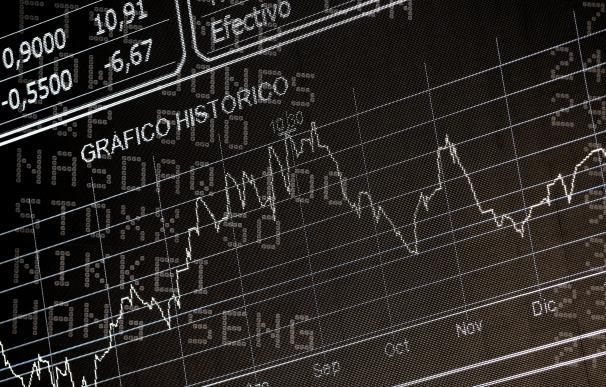 Pantalla del Ibex 35 con el gráfico histórico de la cotización del Ibex en la sede de la Bolsa de Madrid