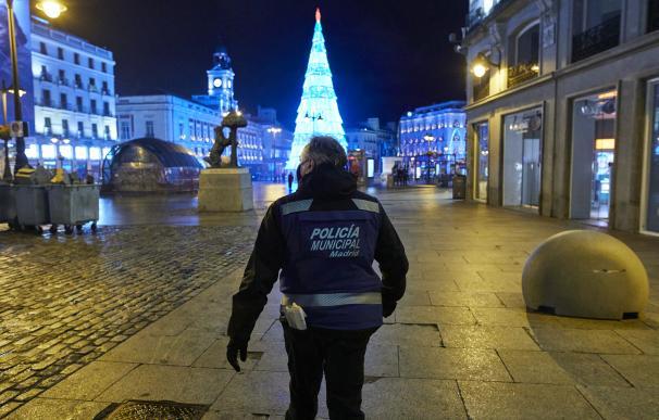 Un policía municipal en la Puerta del Sol, en Madrid (España), a 31 de diciembre de 2020.