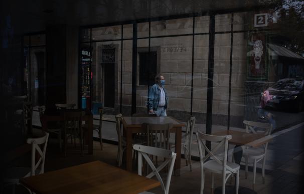 Un hombre camina por la calle frente a una cafetería en Barcelona, Catalunya (España), a 16 de noviembre de 2020. El turismo internacional se desplomó este verano debido como consecuencia del coronavirus. Además, el pasado 15 de octubre el Govern de la Generalitat decretó el cierre de bares y restaurantes y la limitación del aforo de los comercios, medidas que estarán vigentes, como mínimo, hasta el próximo 23 de noviembre y que han hecho que muchos hoteles de Barcelona sufran de nuevo cancelaciones y que incluso algunos hayan vuelto a cerrar durante esta segunda ola de la pandemia. 16 NOVIEMBRE 2020;TURISMO;BARCELONA;CATALUÑA;ECONOMÍA;FINANZAS;MIRADORES;TIEMPO LIBRE;INVERSIONES;CORONAVIRUS;HOSTELERÍA David Zorrakino / Europa Press (Foto de ARCHIVO) 16/11/2020
