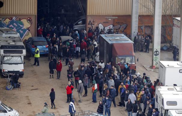 La policía regional de Cataluña desaloja este sábado una macrofiesta ilegal en una nave industrial abandonada de Llinars del Vallès en la provincia de Barcelona. La fiesta comenzó la noche de fin de año y congregaba a más de 200 personas de varios países europeos violando las restricciones impuestas por la pandemia de coronavirus