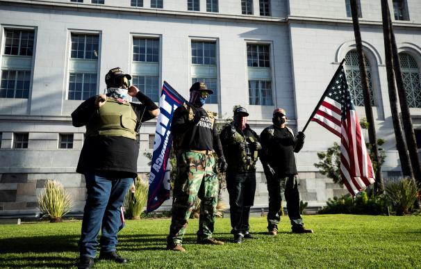 Manifestantes protestan a favor de Trump fuera del Ayuntamiento de Los Angeles.