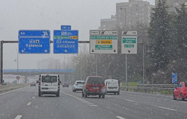 Varios vehículos circulan por la M-30 a la altura del puente de Moratalaz bajo una intensa nevada provocada por la borrasca Filomena que afecta a toda España.