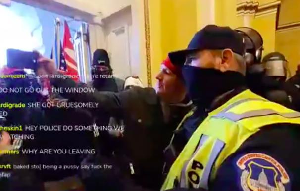 Policia EEUU se hace fotos con manifestantes