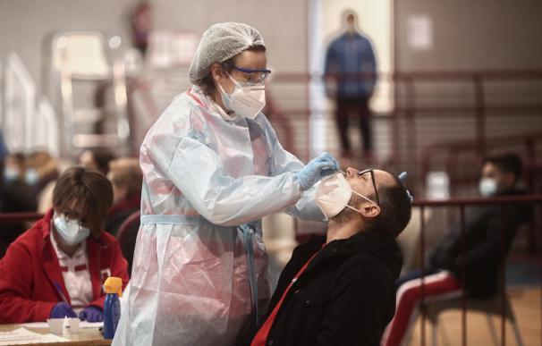 Un sanitario realiza test de antígenos de detección del covid