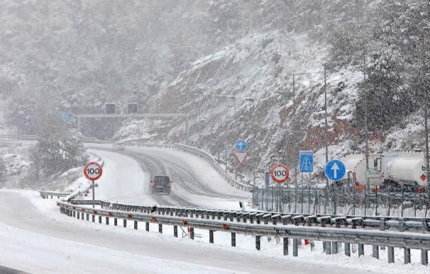 Fuerte nevada este domingo en la autovía A2 a su paso por El Bruc (Barcelona)