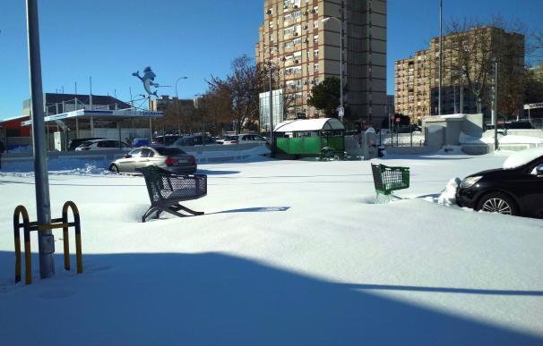 Vista general del aparcamiento en superficie de un supermercado en la localidad madrileña de Fuenlabrada.
