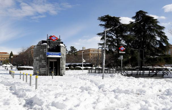 Vista de la salida de metro de Ciudad Universitaria cubierta de nieve este lunes.