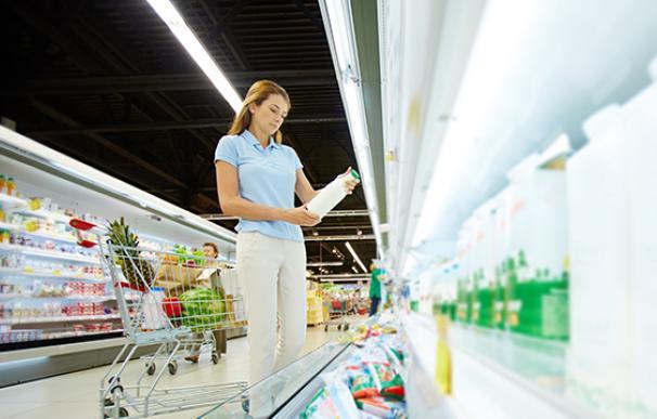 Mujer, en la sección de productos lácteos