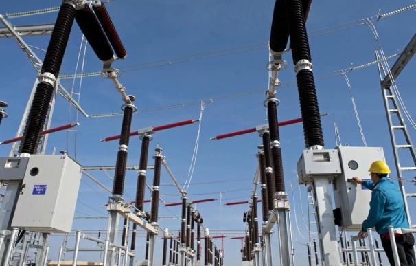 El precio mayorista de la electricidad subirá este martes un 2,18% con respecto al marcado este lunes, manteniéndose así por encima de los 80 euros por megavatio hora (MWh), en plena ola de frío que asola España.