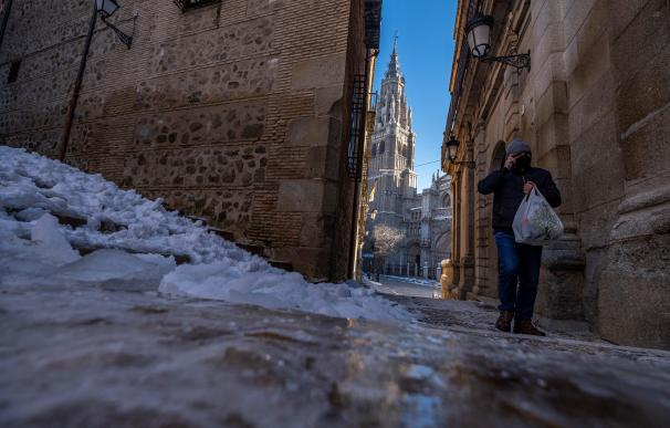 Un hombre camina junto al hielo formado en las calles de Toledo donde hoy se han registrado -10 grados bajo cero.