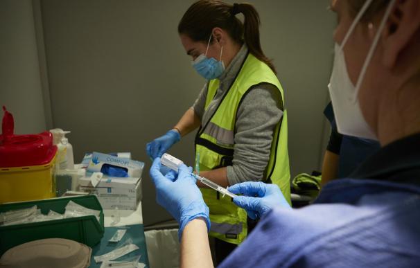 os trabajadoras sanitarias, en un dispositivo para administrar la vacuna contra la COVID-19 a profesionales sociosanitarios, en Pamplona, Navarra (España), a 29 de diciembre de 2020.