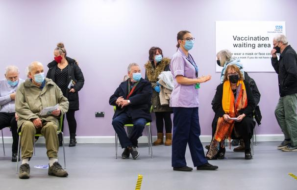 La gente espera para vacunarse en un centro del Servicio Nacional de Salud (NHS).