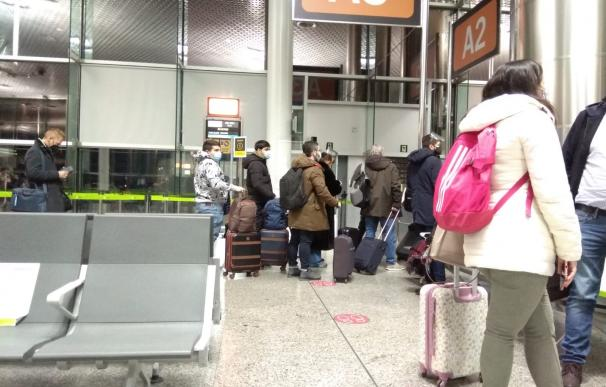 Los pasajeros del vuelo de Iberia Santiago-Madrid retrasado siete horas y cancelado al final.
