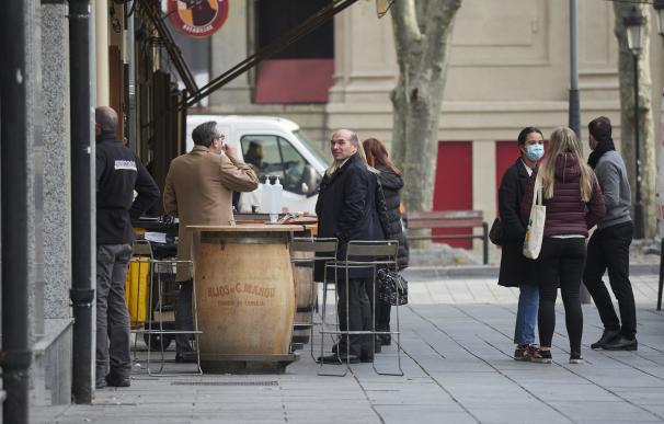 Varias personas en la terraza de un bar de Pamplona