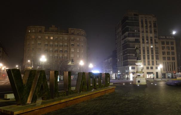 Aspecto de la plaza de Zorrilla, en Valladolid, a las 20 horas del sábado, por el toque de queda.