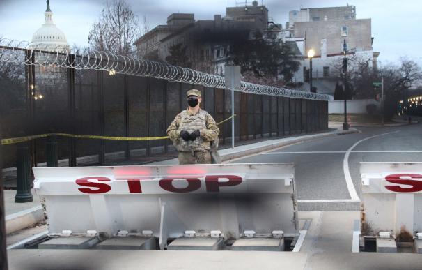 Un soldado cuida las calles bloqueadas que dirigen al Capitolio a pocos días de la inauguración de Biden.